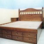 Estructura de cama y mesillas fabricadas en pino macizo. Gaveteros bajo cama fabricados en D.M.