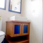 Mueble lavabo haya maciza con cristal coloreado