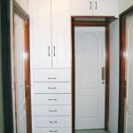 Armario pasillo M.D.F. lacado blanco (zócalo desmontable)