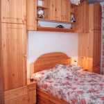 Composición en pino listonado macizo. Color natural. Gavetas bajo cama